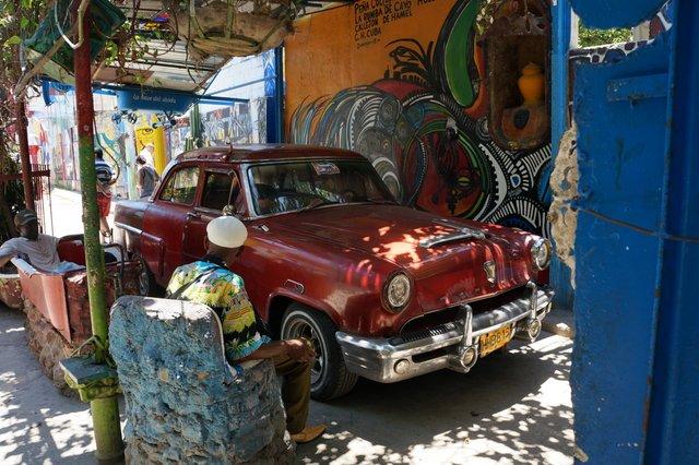 Old classic car in Havana.JPG