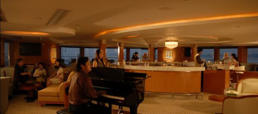 Piano bar in Yangzi Explorer