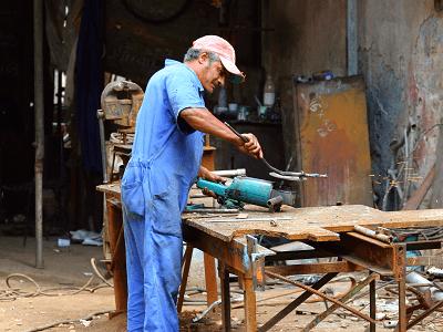 Car mechanic in Cuba